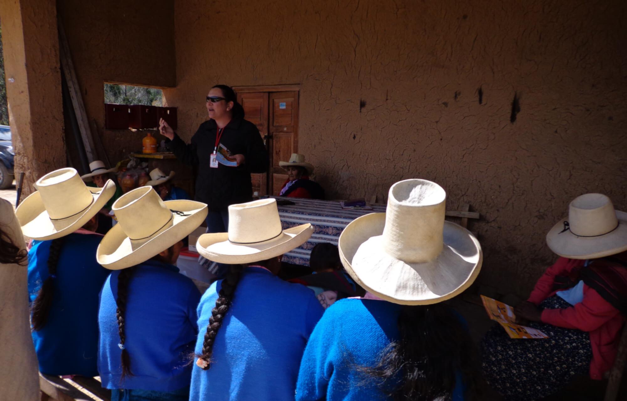 Gerente de acciona.org en Perú explica a los usuarios las condiciones del servicio ofrecido