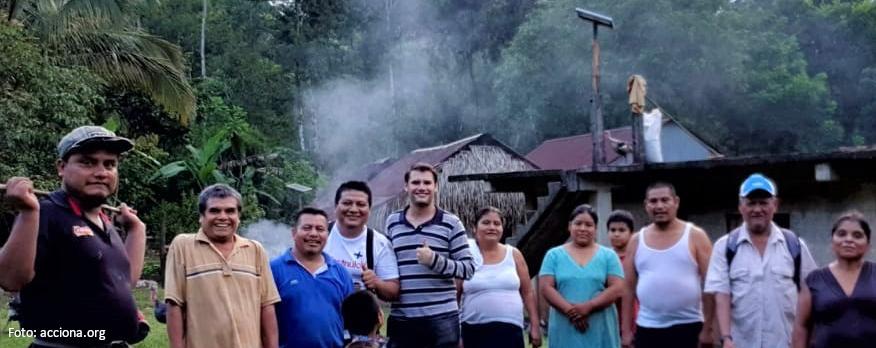 Foto de Marcos con el equipo de acciona.org en México y pobladores de una comunidad oaxaqueña